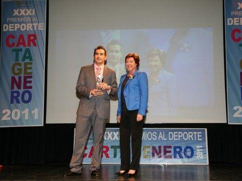 Jesús Cantero recibiendo el galardón de manos de la Alcaldesa de Cartagena Pilar Barreiro.
