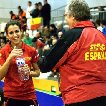 Sara Ramírez con Peter Engel en un partido de la Selección Nacional.