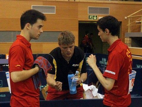 Alejandro Calvo y Carlos Franco reciben instrucciones en el banquillo de Valeri Malov. (Foto: Lluis Franco)