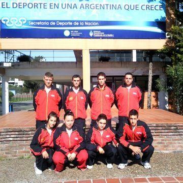 Equipo español a las puertas del Centro Nacional de Alto Rendimiento Deportivo de Buenos Aires.