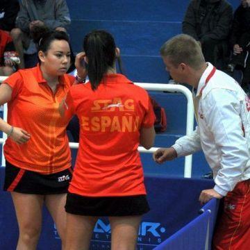Patricia Fernández y Laura Ramírez recibiendo instrucciones de Valeri Malov.