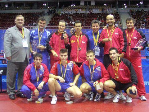 El equipo español junto al equipo serbio y el Vicepresidente de la ETTU Aleksandar Matkovic, tras recibir la medalla de campeón de la categoría.