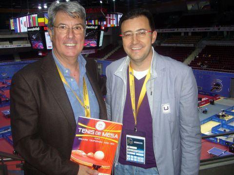 Stefano Bosi y Miguel Ángel Machado posan con el anuario de la RFETM 2010-2011