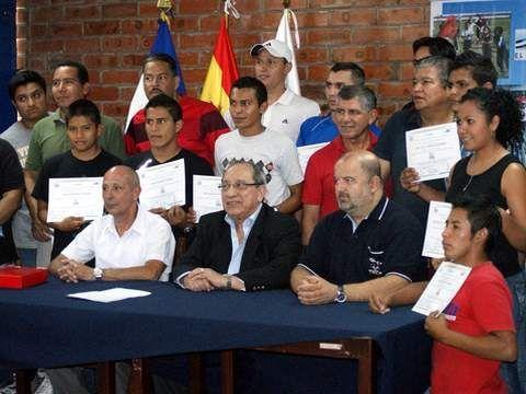 A la derecha José Morante enviado por la RFETM para este programa, junto a Melecio Rivera, Vicepresidente de la ITTF en el centro y algunos de los participantes.
