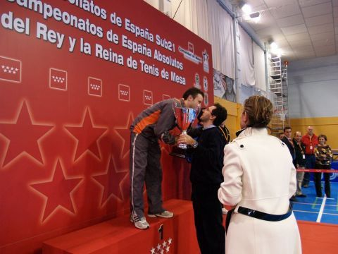Carlos Machado recibe la Copa de Campeón Absoluto del Presidente de la RFETM Miguel Ángel Machado. (Foto: RFETM)
