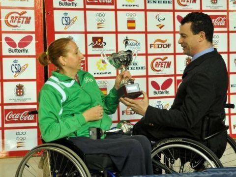 José Alberto Álvarez, Presidente de la Federación Española de Deportes de Personas con<br>Discapacidad Física entrega la copa a Silvia González.