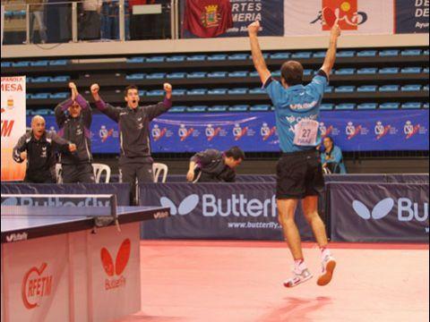 Carlos Machado y el banquillo prieguense celebrando la victoria.