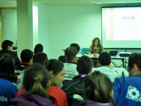 Un momento de la conferecia a cargo de Araceli Sánchez.
