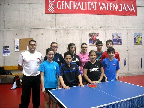 En la imagen, los jugadores, en un descanso de la sesión de tarde, junto a Daniel Valero.