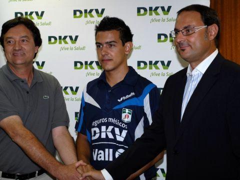 El presidente Enric Vall, el palista Marc Durán y  Ramón Mestres (DKV) y  Foto: Antoni Boldú