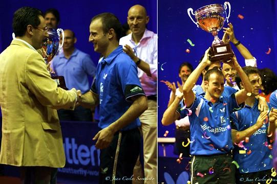 El Presidente de la RFETM haciendo entrega de la copa de campeones al CajaSur. (Fotos: Juan Carlos Sarmiento)