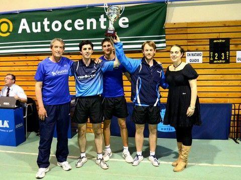 El ADA Guadix con el trofeo de Campeones de la División de Honor Masculina entregado por Montserrat Jiménez, Vicepresidenta de la Federació Catalana y de la RFETM.