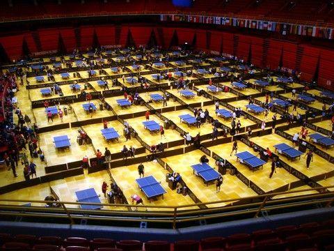 Panorámica de uno de los pabellones de juego con 66 mesas. (Foto: Antonio Doblas)
