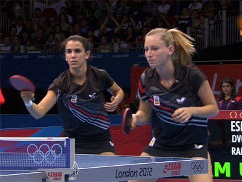 Sara Ramírez y Galia Dvorak en un momento del partido.