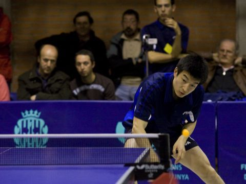 Wang Wei restando de revés Foto: Alfred Lieury