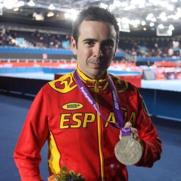 Álvaro Valera posando con la medalla de plata conseguida.