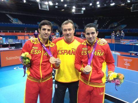 José Manuel Ruiz y Jorge Cardona junto al técnico Vladimir Choubine posan con las medallas
