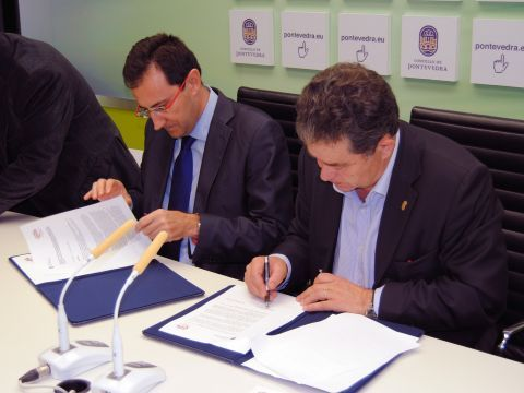 Machado y Fernández firmando el acuerdo de colaboración. (Foto: Pontevedraviva.com)