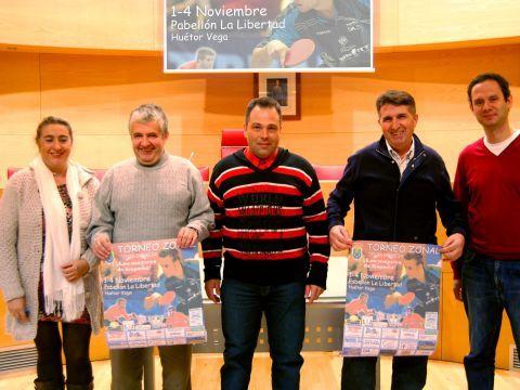 De izquierda a derecha: María del Carmen Hurtado (directiva CTM Ciudad de Granada), Rafael Rivero (Presidente FATM), Mariano Molina (Alcalde Huétor Vega), Antonio García (Presidente CD Huétor Vega TM) y David Corral (Presidente CTM Ciudad de Granada).