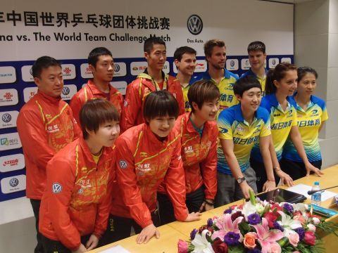 Equipos de China y World Team en la presentación del evento. (Foto: ITTF)