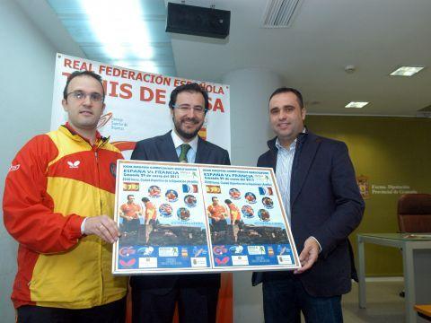 De izquierda a derecha Víctor Sánchez, Miguel Ángel Machado y Francisco Rodríguez posando con el cartel.