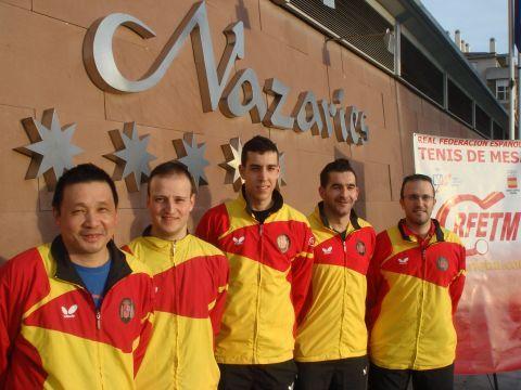 El equipo español posando a la entrada del Hotel Nazaríes de Granada donde está concentrado