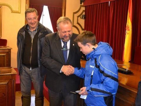 Adrián Maside recibe la felcitación del Alcalde de Lugo, José López Orozco.