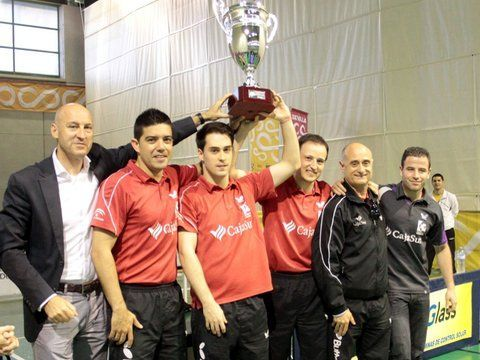 El CajaSur Priego con el trofeo de Campeón de Liga. (Foto: Priego TM)