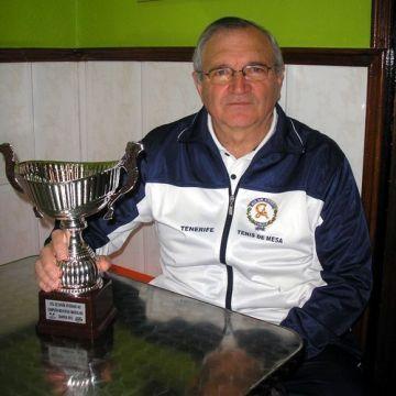 Martín Miguel Hernández con el trofeo de Campeón de España