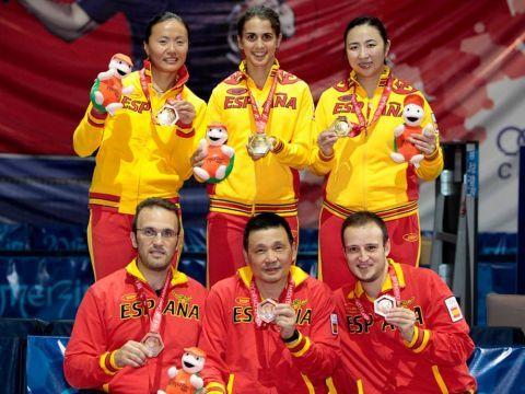 Los dos equipos nacionales posan con las medallas. (Foto: COE)