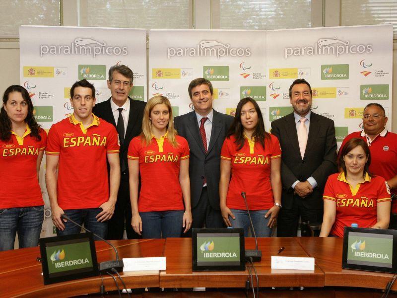 Fernando Becker, Miguel Cardenal y Miguel Carballeda junto a un grupo de deportistas. (Foto: CPE)