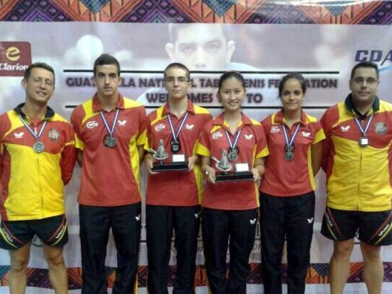 Los equipos españoles posando con los trofeos conseguidos.