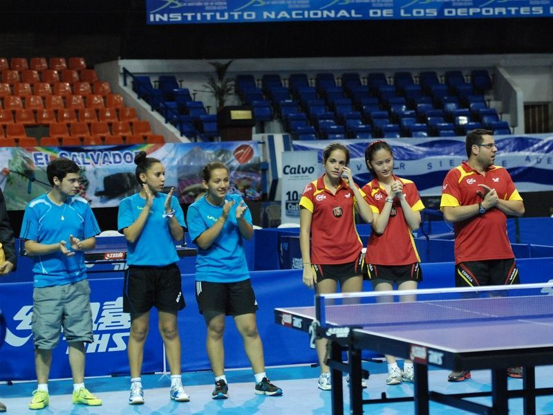 El equipo femenino durante la presentación de la final.