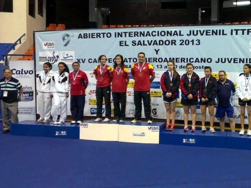 El equipo femenino en el podio