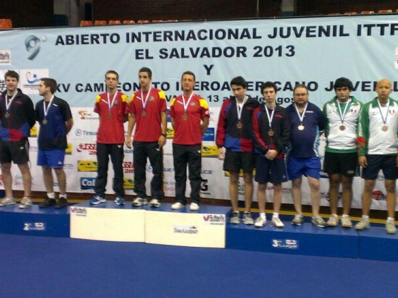 El equipo masculino en el podio