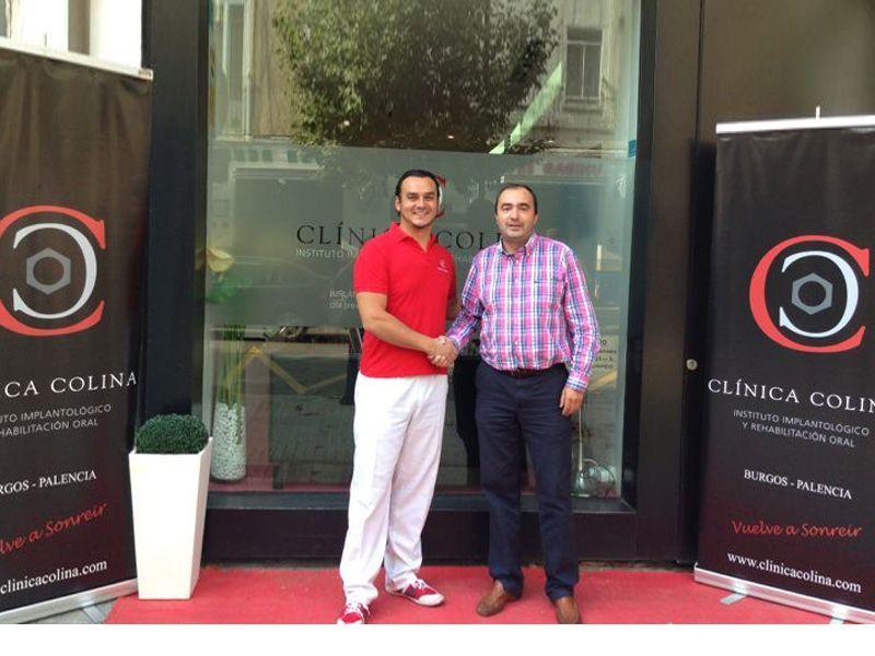 Apretón de manos entre el Dr. Colina y Roberto Pérez tras la firma del acuerdo