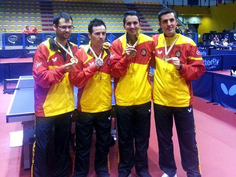 Los 4 medallistas posan con las medllas conseguidas.