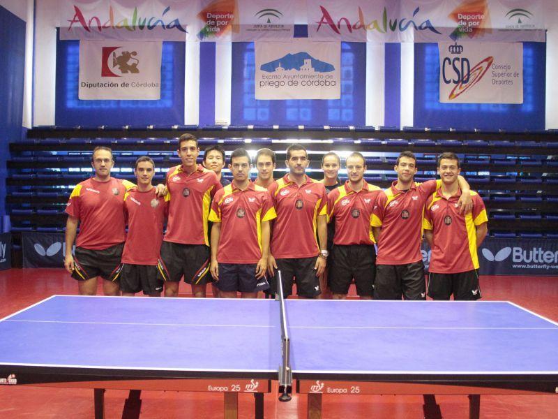Los jugadores seleccionados junto al resto de participantes en la concentración.