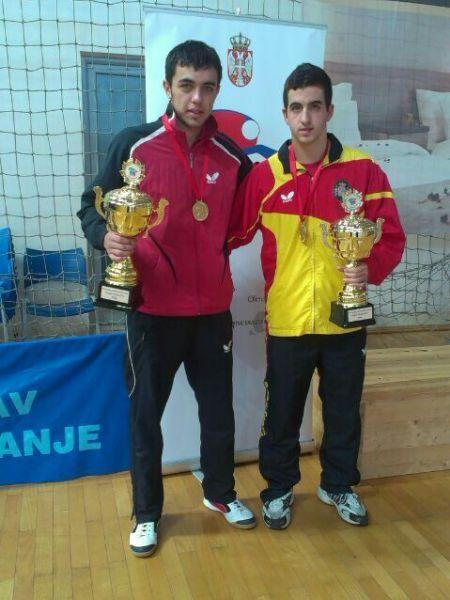 Sadi Ismailov y Miguel Ángel Vílchez posan con los trofeos.