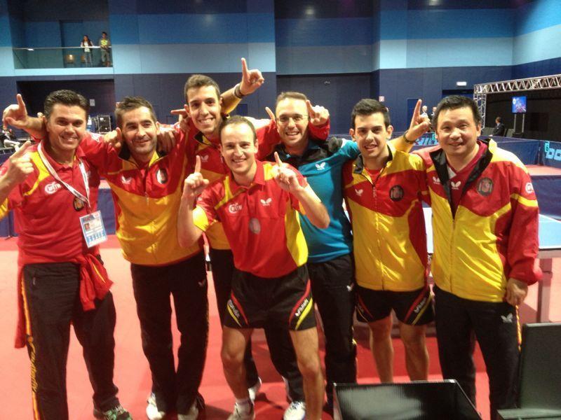 El equip español celebrando la victoria tras el partido.