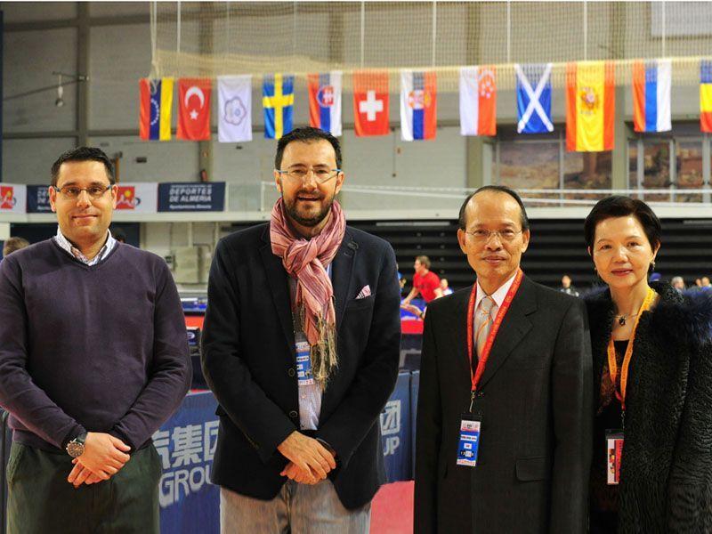 De izquierda a derecha Daniel Valero Tuinenburg, Director del Spanish Open, Miguel Ángel Machado Sobrados, Presidente de la RFETM junto al Sr. y la Sra. Chingshan. (Foto: Alberto Cano)