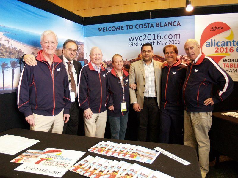 La delegación española junto a los miembros del Swaythling Club International en el Stand de Alicante-Elche 2016