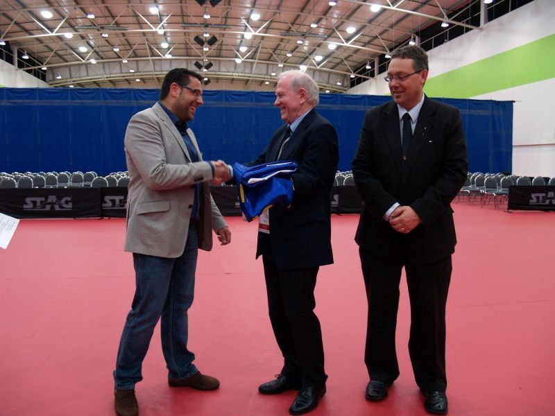 Daniel Valero recibe de manos de Eberhard Schöler la bandera del Swaythling Club International
