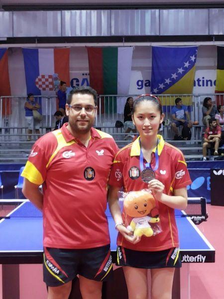 Daniel Valero y la medallista Sofía-Xuan Zhang.