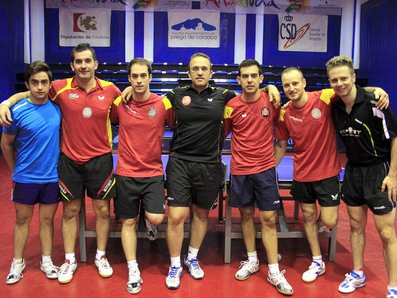 Algunos de los integrantes del equipo masculino con parte del grupo de entrenamiento en el CETD de Priego de Córdoba. (Foto: Antonio García)