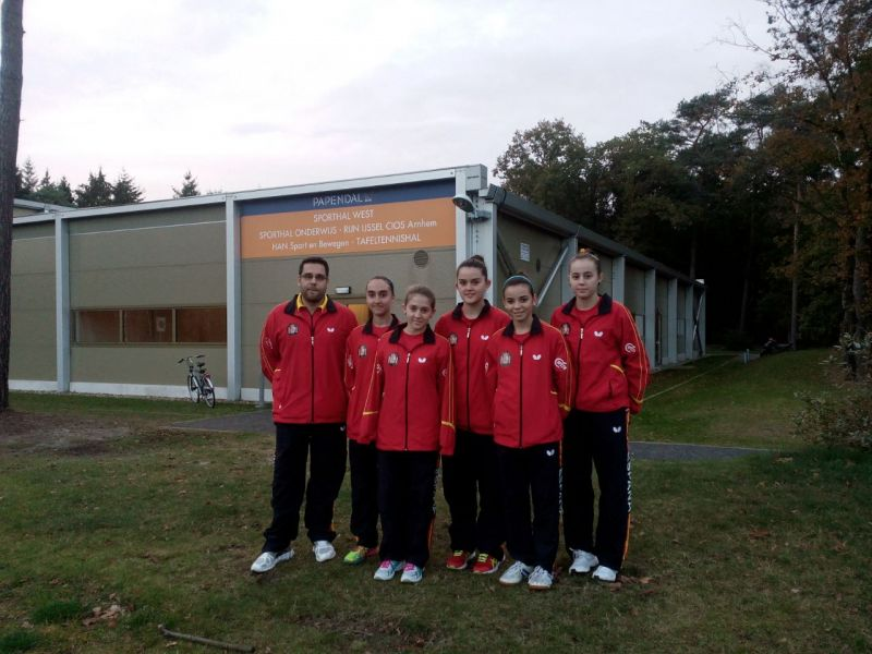 Grupo de jugadoras y técnico en las instalaciones del centro de entrenamiento holandés.