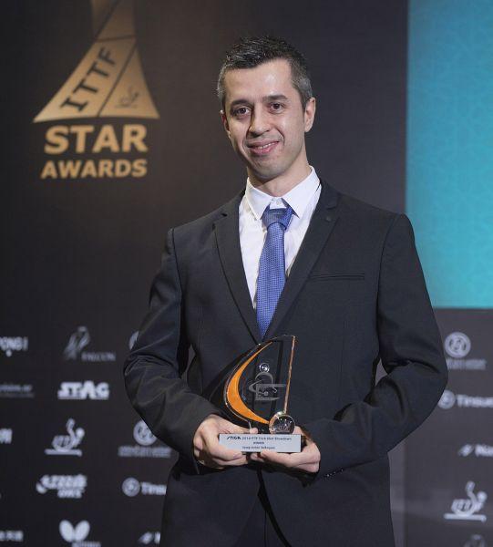 Josep Antón Velázquez recogió el premio del 2014 TRICK SHOT SHOWDOWN que ha logrado por segunda vez consecutiva. (Foto: ITTF)