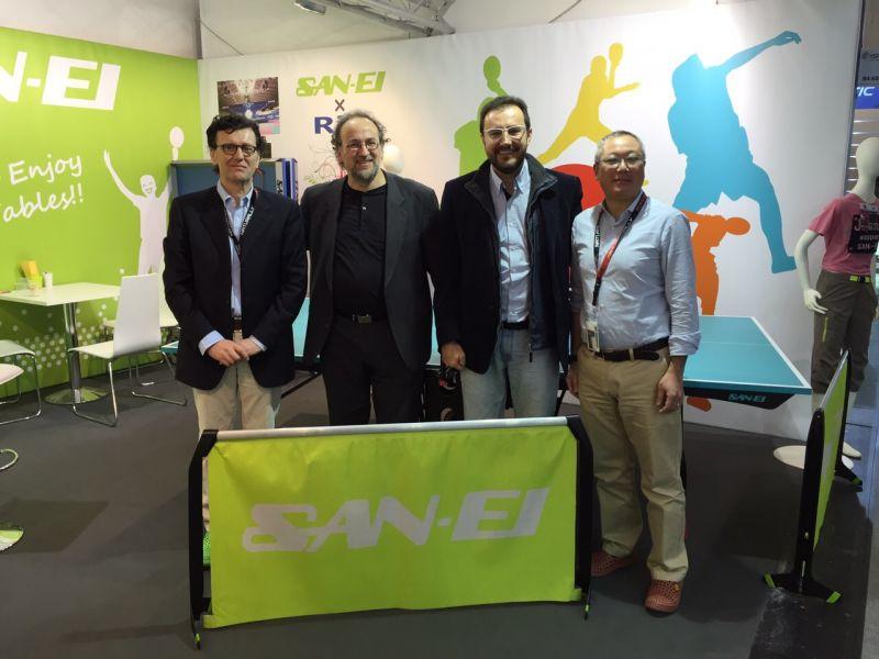La delegación española en el stand de la firma SAN-EI.