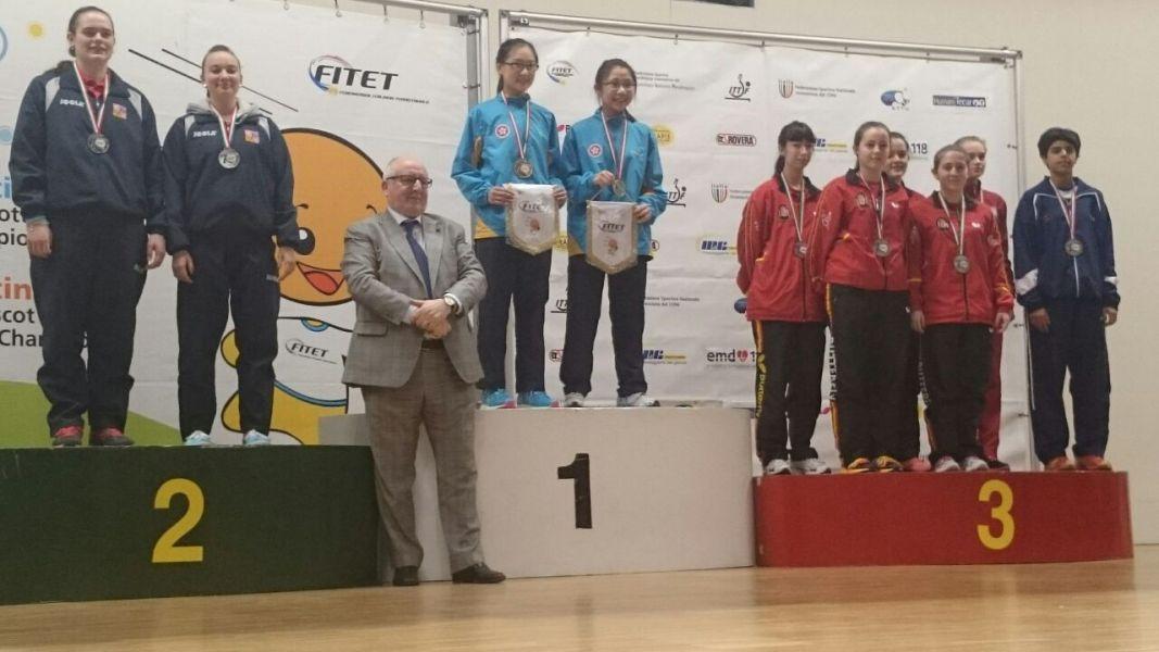 El equipo cadete femenino en el podio de Italia.