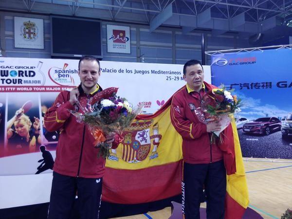 """He Zhiwen """"Juanito"""" y Carlos Machado celebrando este gran triunfo internacional. (Foto: CINCUENTACIENTOVEINTE)"""